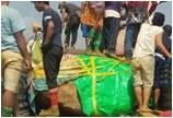 缅甸发现7吨重翡翠原石 千名民众警察护守以防不测