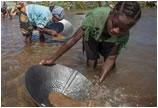 全球探宝:用生命采矿 马达加斯加蓝宝石开采纪实