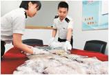 深圳:行李箱暗藏逾400万元珍珠及金饰品被海关抓获